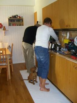 Sen åkte vi hem till FarMorr och FarrFarr. Här ser ni mig hjälpa dem att laga mat.