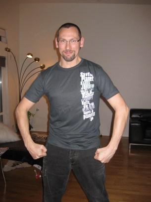 På kvällen kom vår granne Annika. Hon hade med sig apsnygga t-shirts till mina människor!