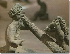 Figura humana junto a un animal de origen desconocido