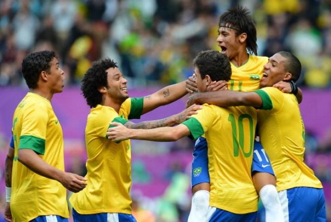 Brazil's Neymar (2ndR) celebrates with t