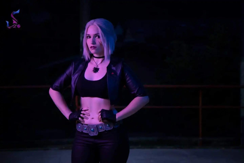 Il cosplay di Ciri dall'universo di The Witcher ma in versione Cyberpunk