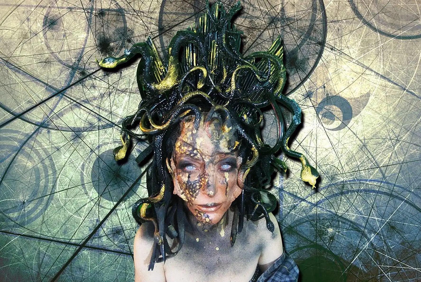 Lilian Gore, abile make-up artist dallo stile dark!