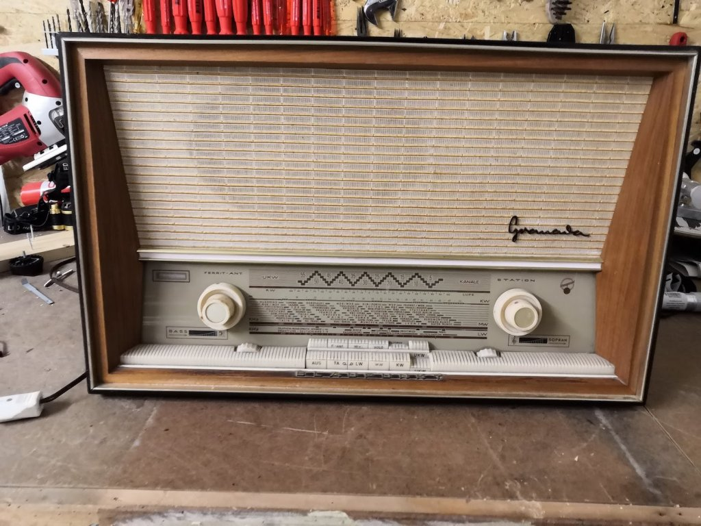 Der Retro Radio schaut schlussendlich immer noch genau gleich aus. Der Raspberry und Volumio ist im innern versteckt und der Screen oben installiert.