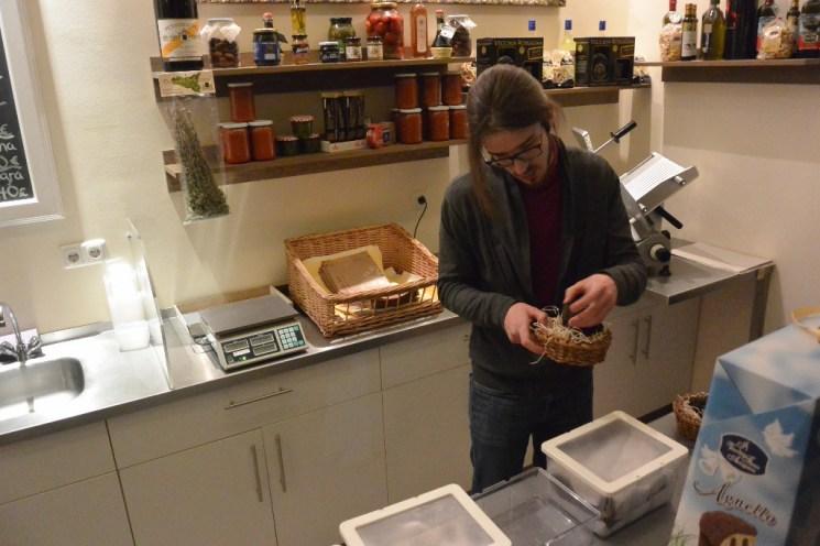 Vanni Moscariello verpackt die Trüffel in Frischeboxen