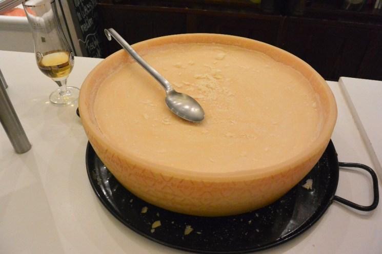 Der Parmesanleib für die hausgemachte Pasta Trüffel-Casarecce