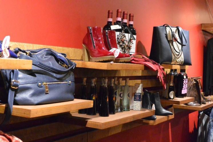 In der Boutique von Julia gibt es Damenbekleidung und ausgewählte Weine