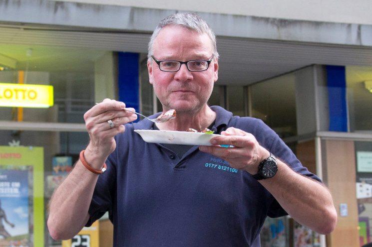 Auch Fotografen müssen essen - Detlef Kreimeier vor der Trattoria Bella Italia