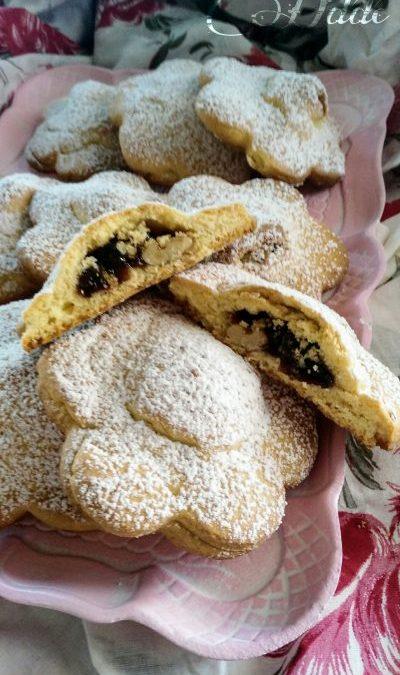 Fiori  di biscotto con composta d'uva e noci