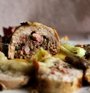 Quaglie farcite con pancetta e funghi su letto di polenta con salsa ai porri