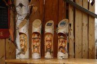 Volkskunst Gesichter Schnitzereien in Holz Skulpturen Bild