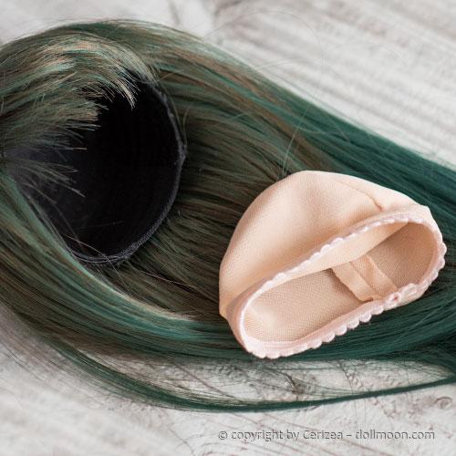 """Einige Perücken haben einen dunklen Stoff an der Innenseite. Schütze deine Puppe mit einer """"Wig Cap"""" vor Verfärbungen."""