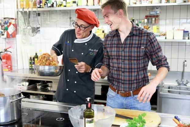 Benedikt Doll und Charly Doll in der Küche im Seminarhotel Sonnenhof
