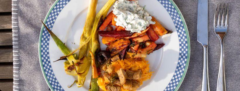 Teller mit Gemüse und Kräuterquark