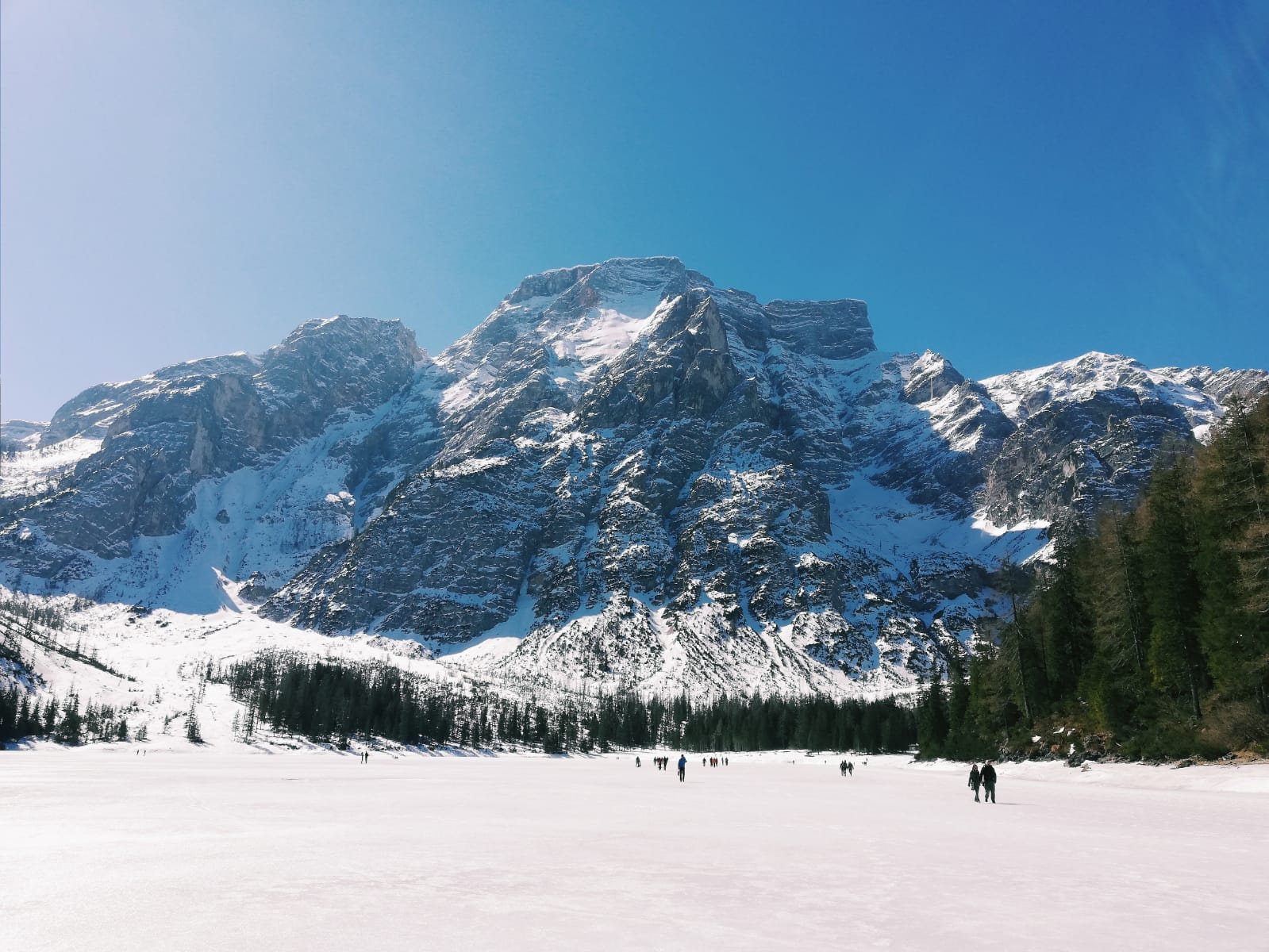 lago di braies ghiacciato