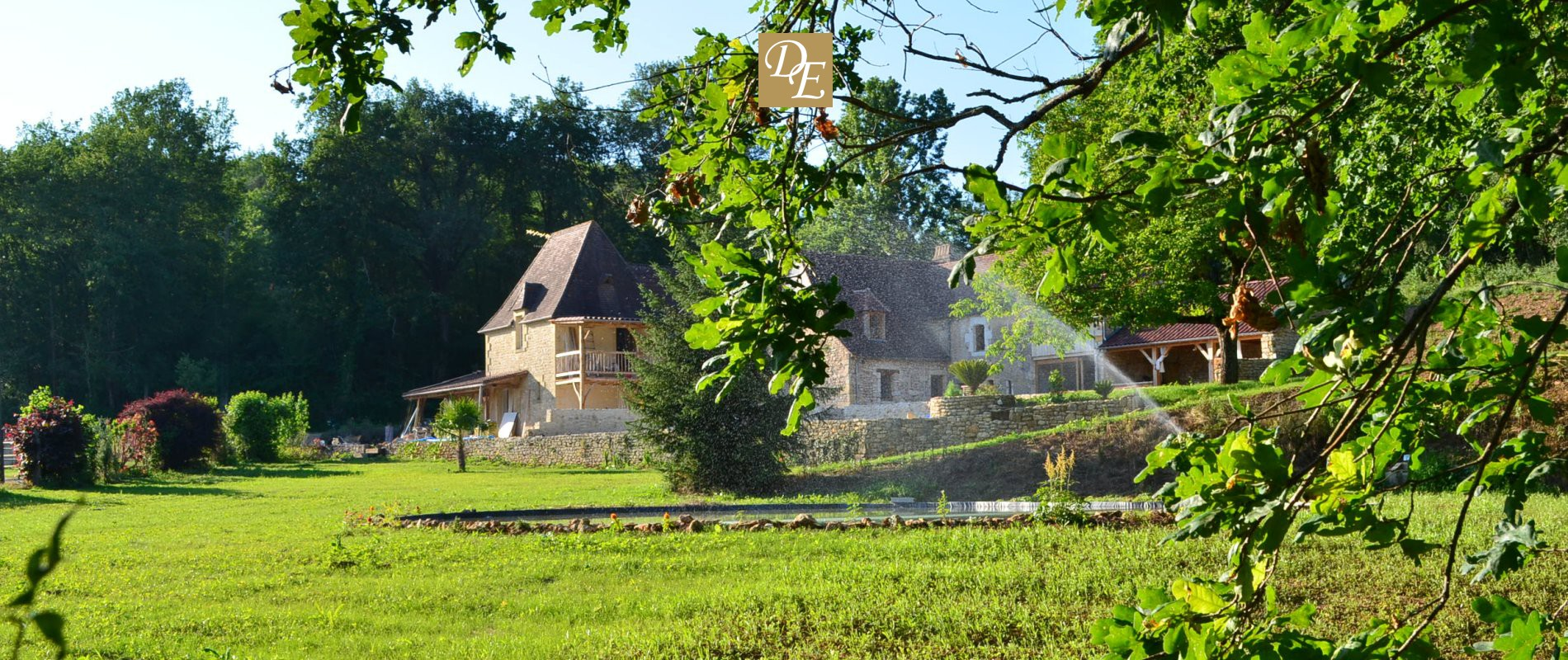 Chambre dhte grand confort avec chemine jacuzzi  piscine chauffe en Dordogne