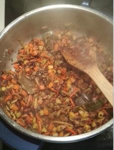 Svíčková - zeleninu smažíme do hněda