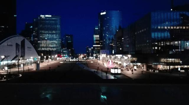 pohled od Grande Arche k původnímu vítěžnému oblouku