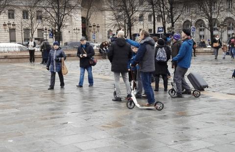 koloběžky před Notre Dame