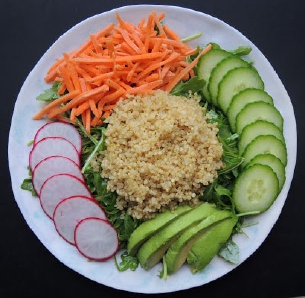 detox-salad-with-arugula-quinoa-and-avocado