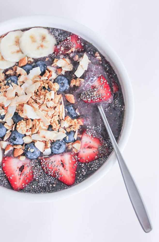 Vegan-Berry-Green-Smoothie-Bowls-with-fruit-and-granola-7