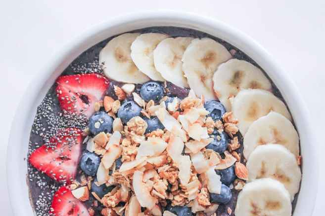 Vegan-Berry-Green-Smoothie-Bowls-with-fruit-and-granola-8