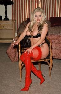 dominatrice blonde en cuissardes rouges