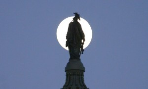 Freedom_Statue_full_moon
