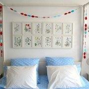 See more of this lovely bedroom at Saidos da Concha (http://saidosdaconcha.blogspot.com/2008/12/grinalda-garland.html)