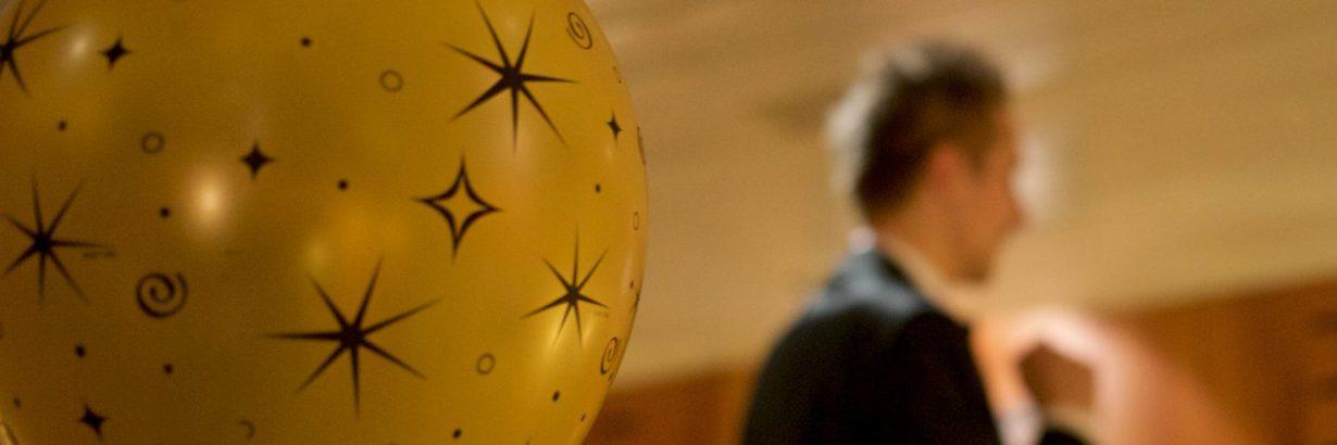 Dominic Blechert im Hintergrund eines Ballons