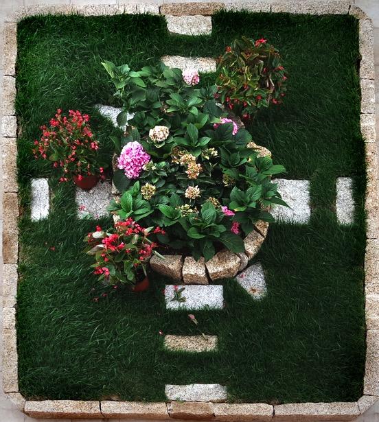 Aiuola da giardino realizzata con pietra San Giacomo - Garden flowerbed realization using Yellow Granite