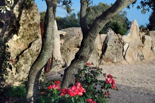 Ingresso con cancello in legno e dettaglio di muro a secco con utilizzo di pietre monolitiche e cucitura con pietre locali di vari colori. Realizzazione di aiuola in pietra - Stone flowerbed realization