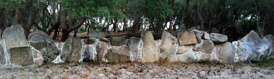 Realizzazione di un muro a secco con utilizzo di pietre monolitiche e cuciture stuccate - Drywall realization using monoliths and seams grouted