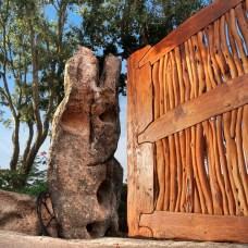 Dettaglio di cancello in legno, realizzato interamente a mano - Particular of wooden gate, completely hand made
