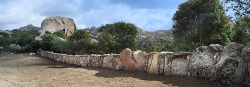 Realizzazione di muro a secco con utilizzo di pietre monolitiche e cucitura con pietre locali di vari colori - Drywall realization using monoliths and local, coloured stones