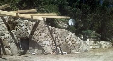 Realizzazione di muro contenimento terra adiacente a costruzione di una pergola - Drywall stone retaining wall next to arbour realization