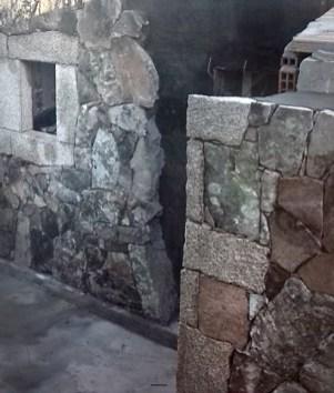 Realizzazione facciata a vista con pietra locale e cantonetti in granito negli angoli della casa e a cornice delle finestre - Local stones wall covering and granite corner and windows