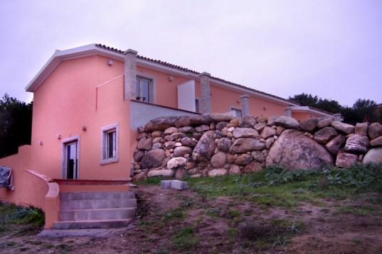 Realizzazione di una costruzione con colonne, stipiti ed architravi in granito - Building realization with granite columns, jambs and lintels