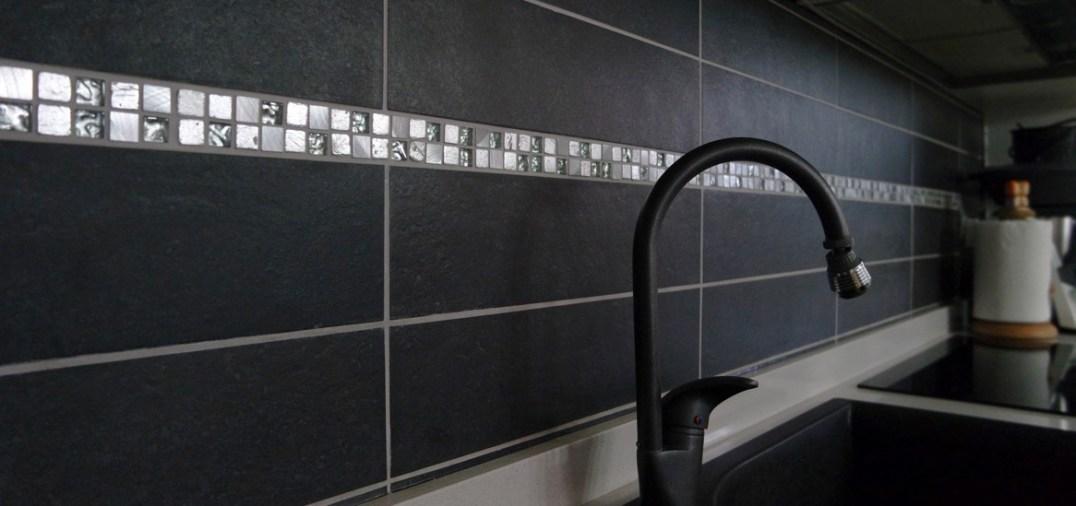 Realizzazione placcaggio cucina, con greca - Kitchen walls covering with Greek key pattern