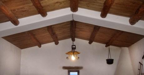 Ripristino antico rustico con dettagli in pietra e controsoffitto in legno - Old style country house restoration with stone details and wooden countertop