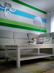 Tinteggiatura salotto con inserti in orizzontale di vari colori - Living room painting with coloured horizontal lines