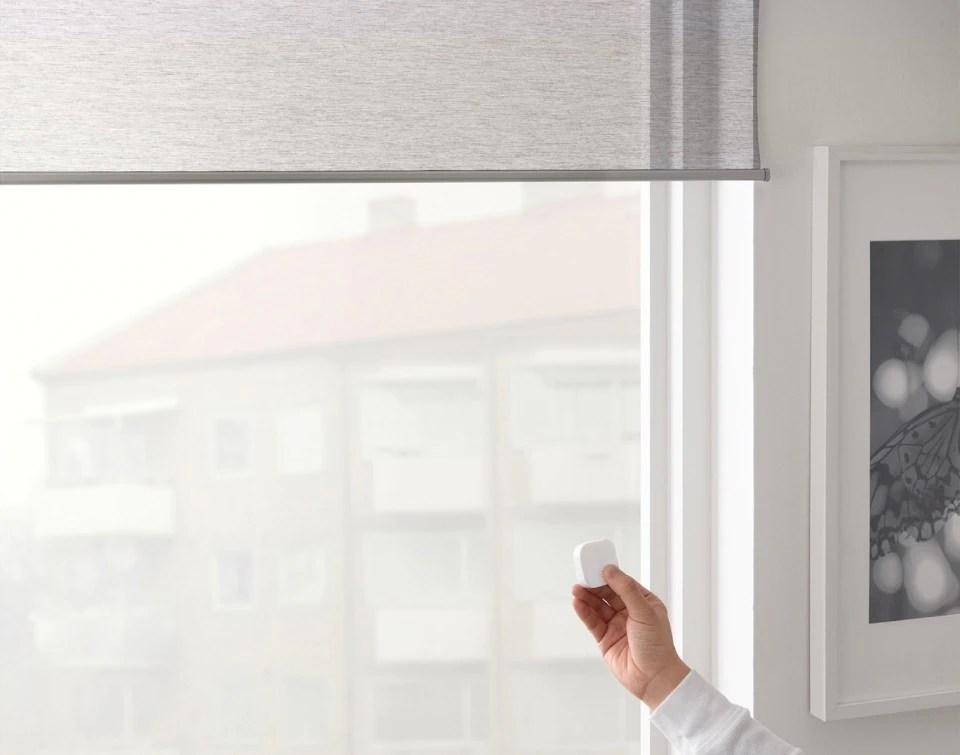 Nate come tende tecniche e inizialmente usate negli ambienti di lavoro, le tende a pannelli hanno conquistato l'arredamento d'interni contemporaneo grazie alla loro linearità e rigorosità, capace di arredare un ambiente con stile e senza togliere respiro. Ikea Launches Smart Window Blinds Motorized And Cheap
