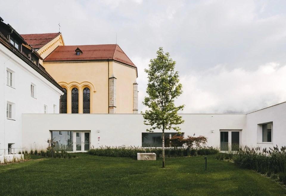 Barozzi Veiga completa lestensione di una villa storica