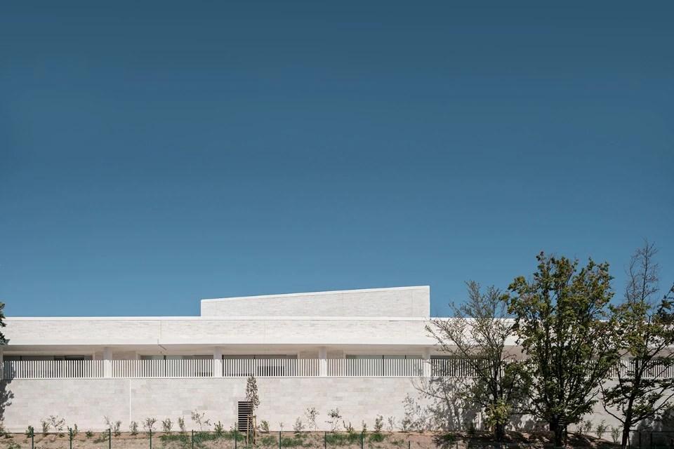 Stphane Fernandez progetta una scuola di pietra sulla costa mediterranea