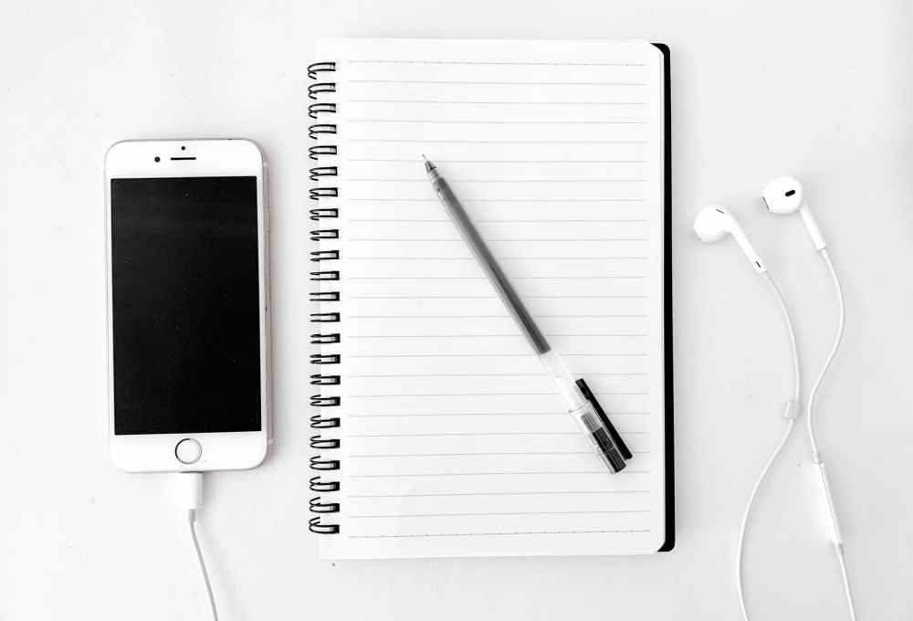 A podcast (ejtheted podkasztnak vagy podkesztnek is) nagyon egyszerűen fogalmazva egy hanganyag, amit készítője az interneten tesz közzé. Egy online, rádióadás szerű tartalom, ami sokkal több a szimpla rádiónál. Olyan, mint egy rendszeresen jelentkező rádióműsor, aminek az adásait (epizódjait) akkor és annyiszor hallgathatod meg, amikor és ahányszor csak kedved tartja. A szolgáltatás teljesen ingyenes.