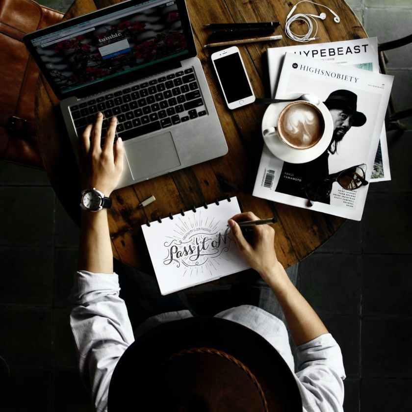 A megfelelő blogolási eszközök új szintre emelhetik a blogod és a tartalommarketinged. Ebben a blogbejegyzésben elhoztam 21 eszközt, ami különböző területeken lehet a segítségedre. Legyen szó a blogod motorjáról, szövegszerkesztésről vagy tartalom naptárról, ezek a blog szoftverek időt és energiát spórolhatnak neked.