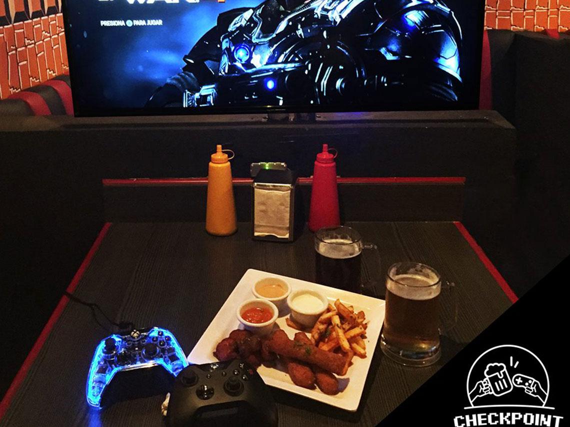 Un bar donde la consola esta en tu mesa, tienes una tele para ti solito y puedes jugar videojuegos mientras tomas en Checkpoint Game Bar