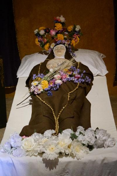 Entre-petates,-vasijas-y-monjas-coronadas-en-San-Juan-02
