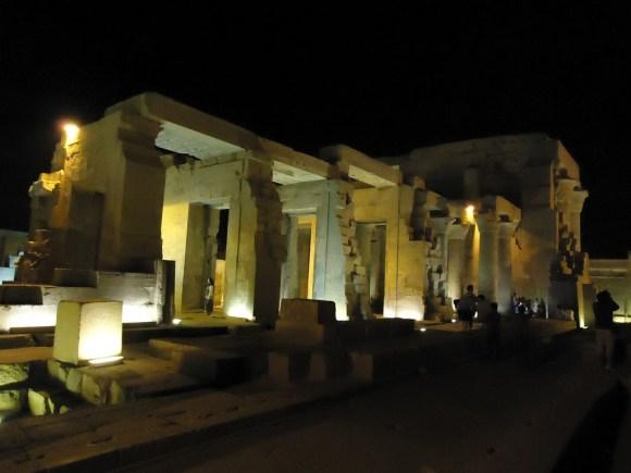 El templo de Kon Ombo iluminado artificialmente
