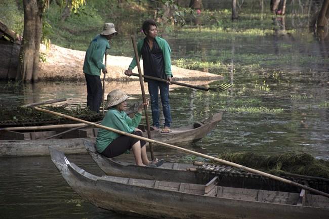 Mujeres limpian los ríos cercanos a los templos todos los días