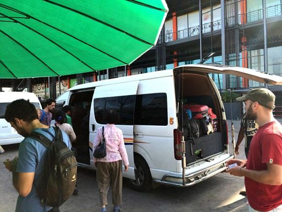 Mini van en frontera de Tailandia